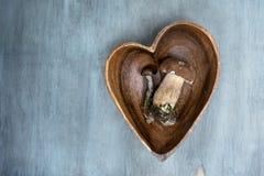 Champignon sauvage dans le plat de forme de coeur sur un fond en bois, bolet Photographie stock libre de droits