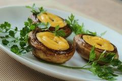 Champignon zugebereitet mit Käse und Zwiebel Stockbild