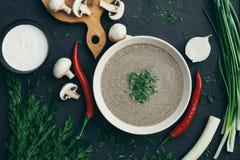 Champignoncremesuppe auf einer Tabelle, Lebensmittel stockbild