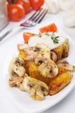 champignonen plocka svamp den grillade potatisen arkivbild