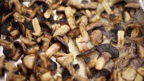 Champignons περικοπών είναι τηγανισμένα στο πετρέλαιο φιλμ μικρού μήκους