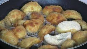 Champignons που τηγανίζουν στο τηγάνι Μανιτάρια που τηγανίζονται σε ένα τηγάνι φιλμ μικρού μήκους
