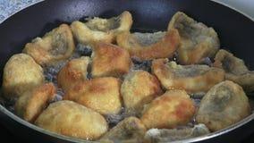 Champignons που τηγανίζουν στο τηγάνι απόθεμα βίντεο
