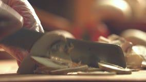Champignons вырезывания на разделочной доске акции видеоматериалы