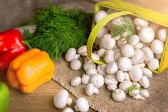 Champignons в корзине, вместе с овощами на таблице Стоковое Фото