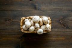 Champignons гриба Свежие сырцовые все champignons в корзине на темном деревянном космосе взгляд сверху предпосылки для текста стоковые фото