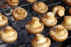 Champignons blancs de champignons de paris sur le gril Image libre de droits