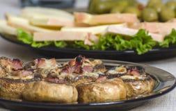 Champignons bourrés avec du jambon et le fromage Photographie stock libre de droits