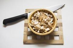 Champignons Cutted в деревянном шаре Стоковое Изображение