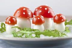 Champignons d'agaric de mouche à tomate et oeufs Photo stock