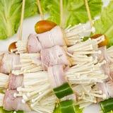 Champignons d'Enoki enveloppés avec le lard de porc, préparé pour le barbecue Images stock