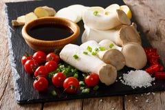 Champignons d'huître crus de roi avec des épices et des légumes en gros plan H photographie stock libre de droits