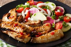 Champignons d'huître grillés de roi avec les graines de sésame et le vegeta frais images stock