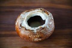 Champignons de champignon de Portobello grands et bruns, sur le conseil en bois Images libres de droits