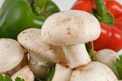 Champignons de couche blancs frais savoureux avec des poivrons Image libre de droits