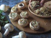 Champignons de couche bourrés Cuisson des plats avec des champignons, des oignons, le fromage et des herbes Nourriture végétarien Photo stock