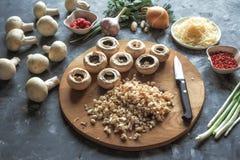 Champignons de couche bourrés Cuisson des plats avec des champignons, des oignons, le fromage et des herbes Nourriture végétarien Image stock