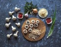 Champignons de couche bourrés Cuisson des plats avec des champignons, des oignons, le fromage et des herbes Nourriture végétarien Photographie stock