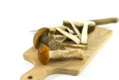 Champignons de couche comestibles sauvages sur un panneau de découpage Image stock