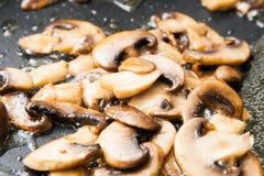 Champignons de couche coupés en tranches frits photo libre de droits