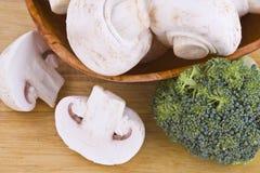 Champignons de couche et broccoli images stock