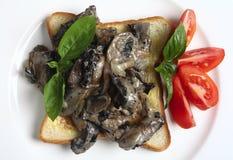 Champignons de couche et pain grillé de ci-avant photos stock