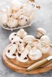 Champignons de couche frais Champignons crus sur le conseil en bois Champignons de paris Photo libre de droits