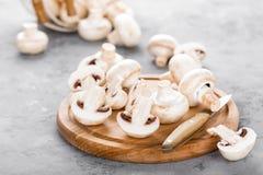 Champignons de couche frais Champignons crus sur le conseil en bois Champignons de paris Photos stock