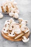 Champignons de couche frais Champignons crus sur le conseil en bois Champignons de paris Image stock