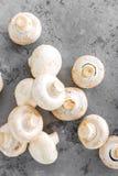 Champignons de couche frais Champignons crus sur le conseil en bois Champignons de paris Photographie stock