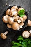 Champignons de couche Champignons frais dans le panier images stock