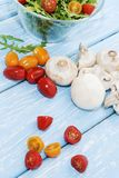 Champignons de couche organiques blanc de studio de santé de nourriture de flocons d'avoine de fond macro Champignons et salade f Photographie stock libre de droits