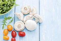 Champignons de couche organiques blanc de studio de santé de nourriture de flocons d'avoine de fond macro Champignons et salade f Photographie stock