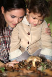 Champignons de cueillette de mère et de fille Image stock