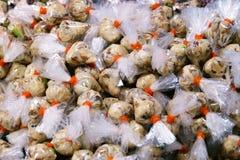 Champignons de Nham sur le marché de la Thaïlande, porc aigre végétarien fait à partir du champignon cuire à la vapeur-FERMENTÉ photos libres de droits