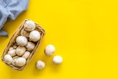 Champignons de paris de champignon Champignons de paris entiers crus frais dans le panier sur l'espace jaune de copie de vue supé photographie stock
