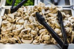 Champignons de paris dans une casserole, découpée en tranches Photo libre de droits