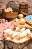 Champignons de roi de champignons d'huître sur le fond en bois préparation Image libre de droits