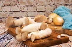 Champignons de roi de champignons d'huître sur le fond en bois préparation Images stock