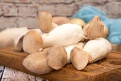 Champignons de roi de champignons d'huître sur le fond en bois préparation Photo stock