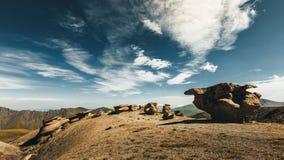 Champignons en pierre en parc national de région d'Elbrus d'été Concept extérieur de loisirs Photo libre de droits