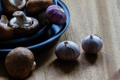 Champignons et ail en bidons de cuisson de quiche avec le copyspace Photographie stock libre de droits