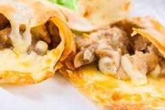 Champignons et fromage cuits au four dans le pain pita Images stock