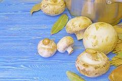 Champignons et pâtes sur la table Image stock
