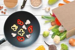 Champignons et poivrons dans la casserole Légumes frais de marché de ville à coté Photo libre de droits