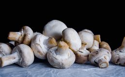 Champignons frais et parfumés sur la table Photo stock