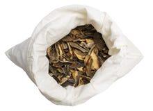 Champignons secs dans la poche de tissu d'isolement sur le fond blanc photos stock