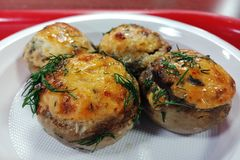 Champignonschotel, geroosterde champignons, gevulde champignons, royalty-vrije stock foto's