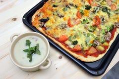 Champignonsoep en pizza Royalty-vrije Stock Foto