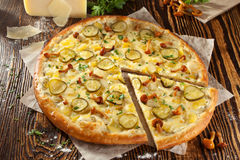 Champinjon- och potatispizza Arkivfoton